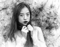 Zwart-wit portret van een jonge vrouw die haar sjaal op een koele dag clutching royalty-vrije stock afbeeldingen