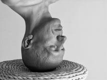 Zwart-wit portret van een kale mens die zich op zijn hoofd bevinden Stock Foto's