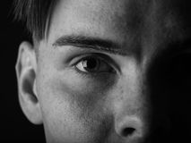 Zwart-wit portret van een knappe kerel Vermoeide, droevige jonge mens op een zwarte achtergrond Het concept van de spanning stock afbeeldingen