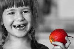 Zwart-wit portret van een leuk klein krullend tandenloos meisje s Royalty-vrije Stock Foto
