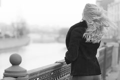 Zwart-wit portret van een vrouw stock fotografie