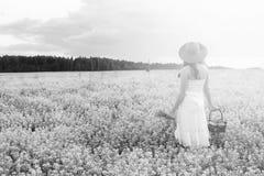 Zwart-wit portret van jong meisje in een hoed die zich in reusachtig FI bevinden Royalty-vrije Stock Foto