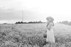 Zwart-wit portret van jong meisje in een hoed die zich in reusachtig FI bevinden Royalty-vrije Stock Foto's