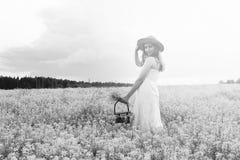 Zwart-wit portret van jong meisje in een hoed die zich in reusachtig FI bevinden Royalty-vrije Stock Afbeelding