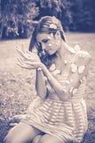 Zwart-wit portret van jonge vrouw met vlinders royalty-vrije stock afbeelding