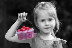 Zwart-wit portret van kleine bedelaars van een de kleine meisjeskind holdind Royalty-vrije Stock Afbeeldingen