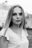 Zwart-wit portret van modieus jong meisje in kleding openlucht Stock Fotografie