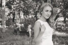 Zwart-wit portret van mooie blonde jongelui stock foto's