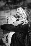 Zwart-wit portret van vrouw die weinig lam knuffelen Stock Fotografie