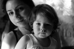 Zwart-wit portretzoon met moeder Stock Afbeelding