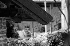 Zwart-wit Rand van oud uitstekend dak, zonnige dag in openlucht royalty-vrije stock afbeeldingen