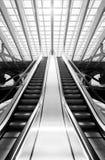 Zwart-wit roltrap in futuristisch binnenland Stock Afbeelding