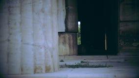 Zwart-wit schot van de donkere binnen verlaten bouw, eng achtervolgd paleis stock videobeelden