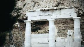 Zwart-wit schot van oude kolommen, vernietigde colonnade, griezelfilmreeks stock videobeelden