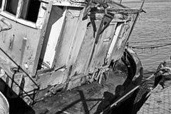 Zwart-wit van dilapidated vissersboot stock foto