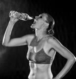 Zwart-wit van een Atletisch Vrouwen Drinkwater stock foto
