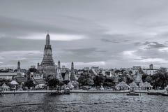 Zwart-wit van Wat Arun-pagode en Chao Praya-rivier, Bangkok stock foto's