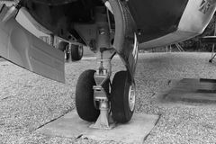 Zwart-wit vliegtuigen voorwielen Stock Foto