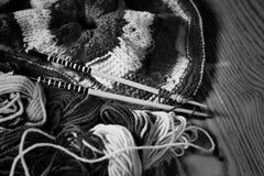 Zwart-wit wol en breinaalden Stock Afbeeldingen
