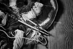 Zwart-wit wol en breinaalden Stock Fotografie