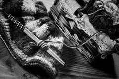 Zwart-wit wol en breinaalden Stock Foto's