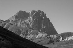 Zwart-wit zet Gran Sasso d& x27 op; Italië Stock Foto
