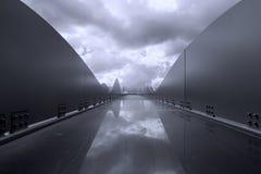 Zwart-witte architectuur in rond gemaakte vorm met dramatische clou Stock Foto's