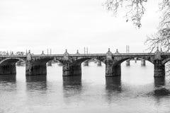 Zwart-witte beeldstad die van Harisburg brug in Pen kruisen Stock Foto's