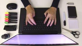 Zwart-witte bureaulevering Het typen van de vrouw op laptop stock video