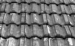 Zwart-witte ceramische oud weathred ceramisch dak Royalty-vrije Stock Afbeeldingen