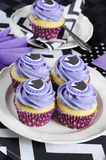 Zwart-witte chevron met purpere het middagmaal cupcakes close-up van de themapartij stock afbeelding