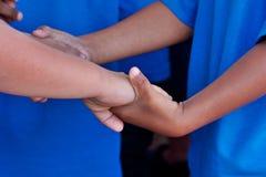 Zwart-witte de handen van kinderen stock foto