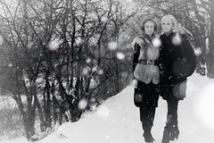 Zwart-witte de winter van het paarmeisje Royalty-vrije Stock Fotografie