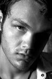 Zwart-witte dichte omhooggaand van een jonge mens royalty-vrije stock foto