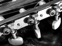 Zwart-witte dichte omhooggaand van gitaardelen Stock Foto