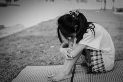 Zwart-witte droevige meisjeszitting openlucht royalty-vrije stock foto's