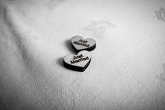 Zwart-witte enkel gehuwde harten op een tafelkleed stock foto