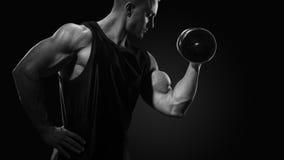 Zwart-witte foto van de machts atletische mens in opleiding het pompen Stock Foto