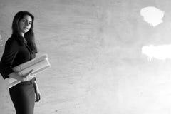 Zwart-witte foto van een vrouwenarchitect bij de bouw s Royalty-vrije Stock Foto