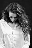 Zwart-witte foto van gevoelige emotionele vrouw in zijde in Th Royalty-vrije Stock Fotografie