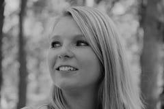 Zwart-witte foto van het profiel van een het glimlachen vrouwen` s gezicht royalty-vrije stock foto