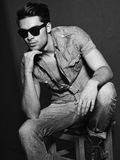 Zwart-witte foto van jong mannelijk model Stock Foto