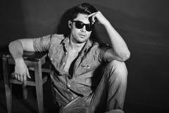 Zwart-witte foto van jong mannelijk model Royalty-vrije Stock Foto's