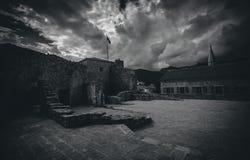 Zwart-witte foto van oud kasteel bij bewolkte dag Stock Afbeeldingen