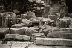 Zwart-witte geruïneerde roman kolommen stock afbeelding