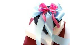 Zwart-witte giftdoos met blauwe en roze lintboog Royalty-vrije Stock Fotografie
