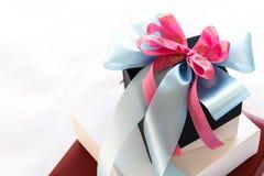 Zwart-witte giftdoos met blauwe en roze lintboog Stock Foto