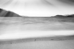 Zwart-witte golven met de lichte achtergrond van het leklandschap Royalty-vrije Stock Fotografie