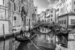 Zwart-witte Gondels in Venetië, Italië royalty-vrije stock fotografie