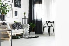 Zwart-witte gordijnen royalty-vrije stock foto